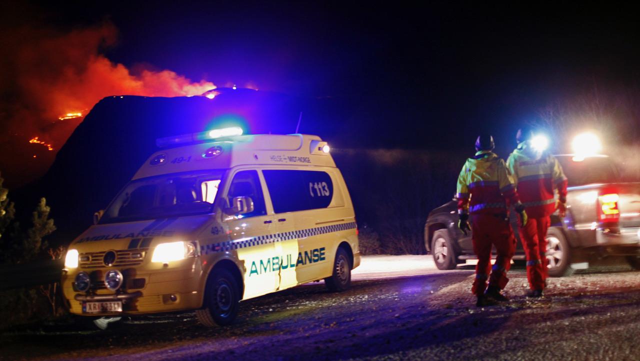 Ambulanser i beredskap ved brannen i Flatanger. Foto: Ove Magne Ribsskog