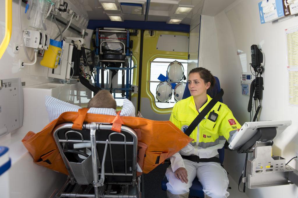 Inne i dansk ambulanse. Foto: Michael Bo Rasmussen / Baghuset