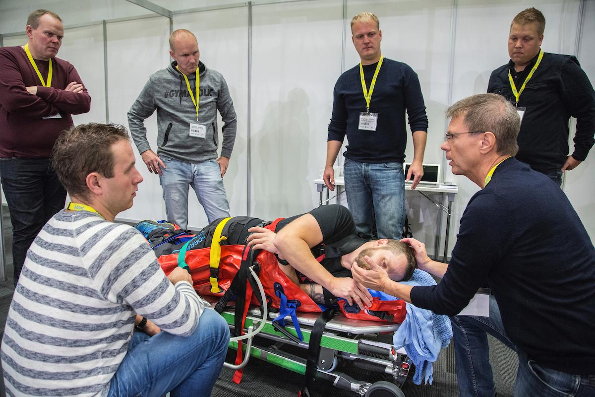 – Per Kristian Hyldmo (til høyre nede) hadde workshop sammen med Thomas Hansen (til høyre oppe) om nye nasjonale retningslinjer for spinal stabilisering på Ambulanseforum 2016. Vakuummadrassen har en naturlig rolle i nye retningslinjer. Foto: Fredrik Naumann/Felix Feature