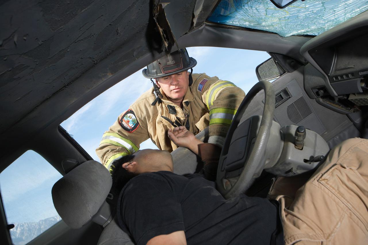Brannmann hjelper til på skadested. Illustrasjonsfoto: Thinkstock