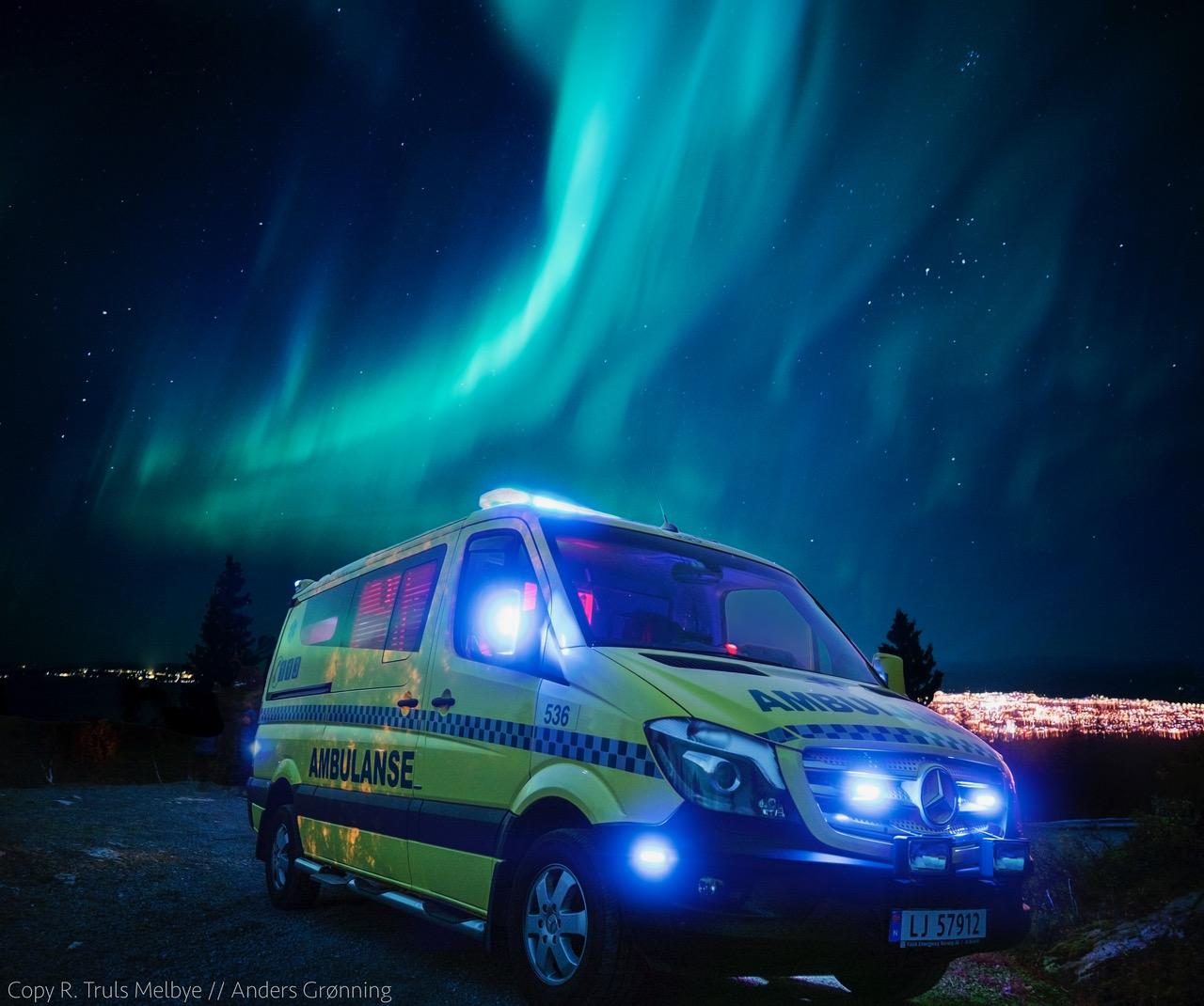 Ambulanse i nordlys. Foto: Truls Melby, komposisjon Anders Grønning