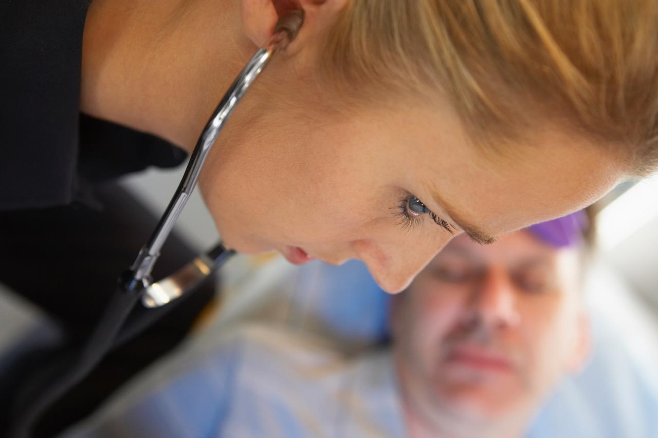 Lytte på lungene med stetoskop. Illustrasjonsfoto: Thinkstock