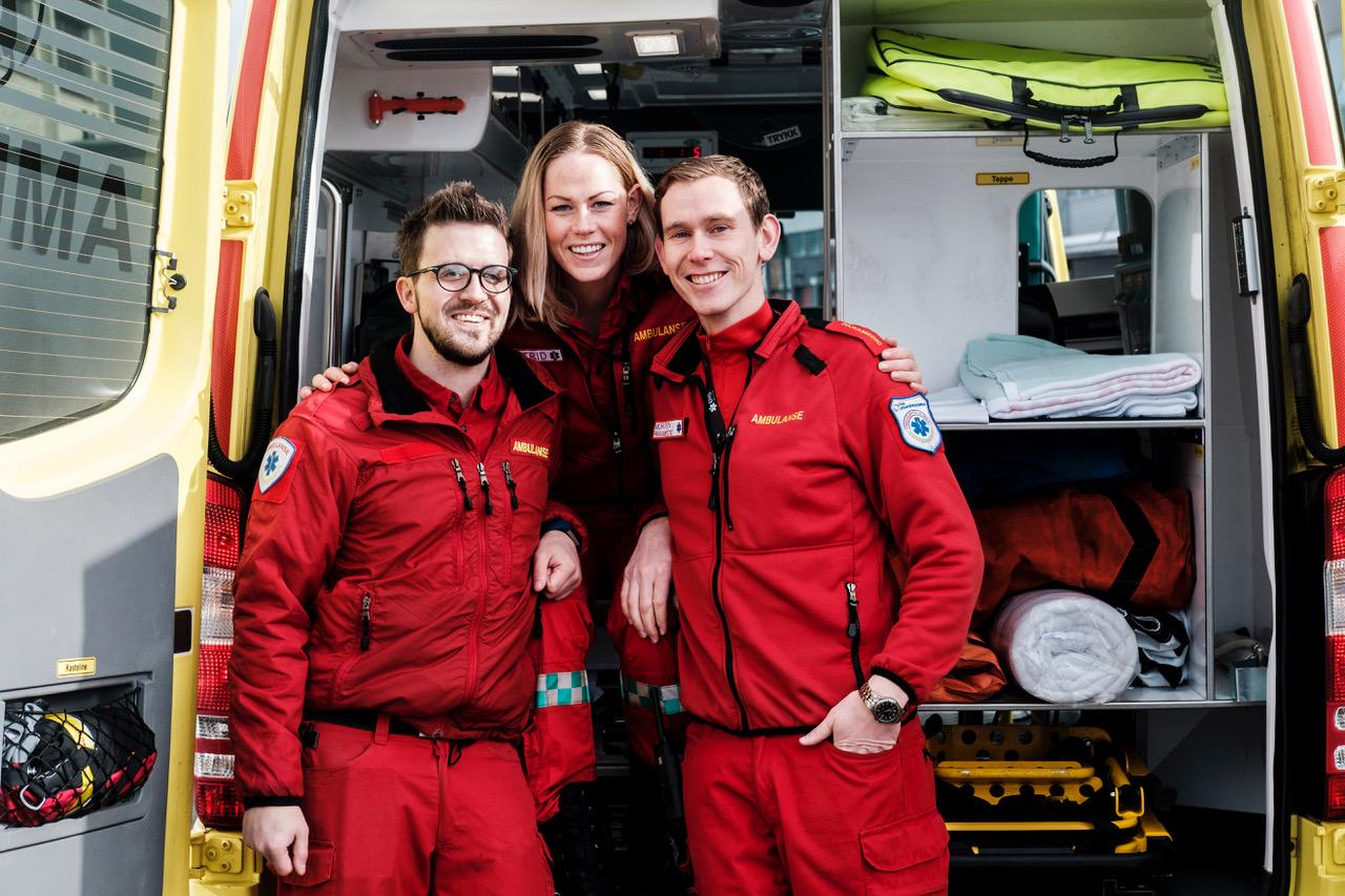 Tre av ildsjelene i EMS Norway (fra venstre): Thomas Renngård, Astrid Karina V. Harring og Morten Kolbu fotografert utenfor Ambulansetjensten seksjon Brobekk Foto: Adrian Nielsen
