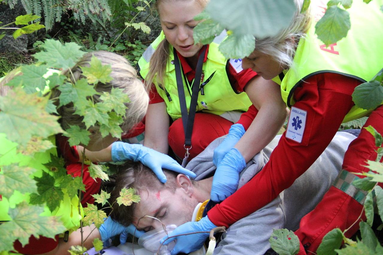 Fall fra bro på ambulansemesterskapet i Vestfold. Girlpower Horten i aksjon. Foto: Live Oftedahl