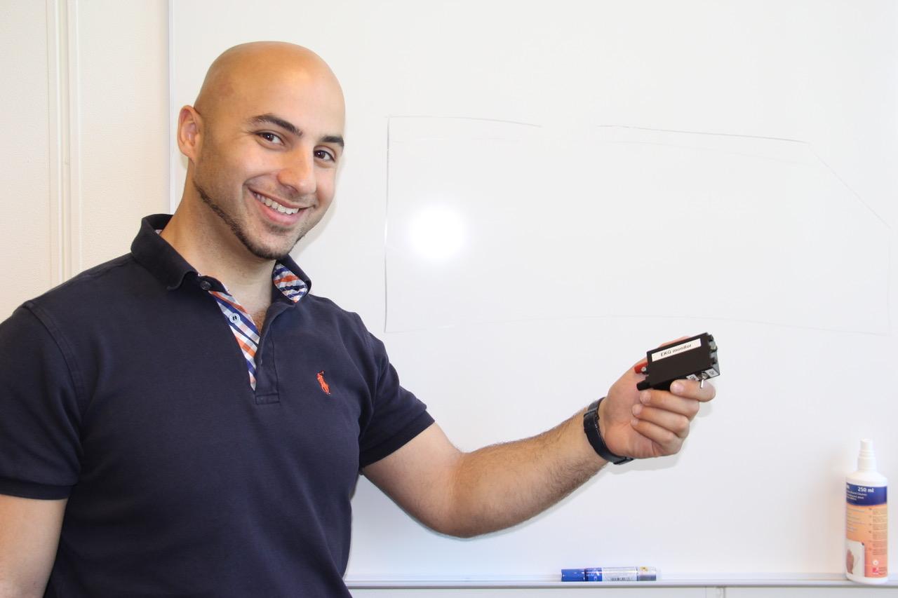 Mohammad Derawi viser fram trådløs EKG. Foto: Live Oftedahl