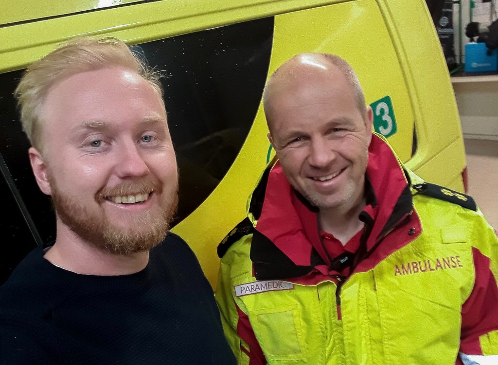 Sverre Mørk i ambulanseuniform, sammen med Ole Kristian Andreassen. Foto: Du puster for fort