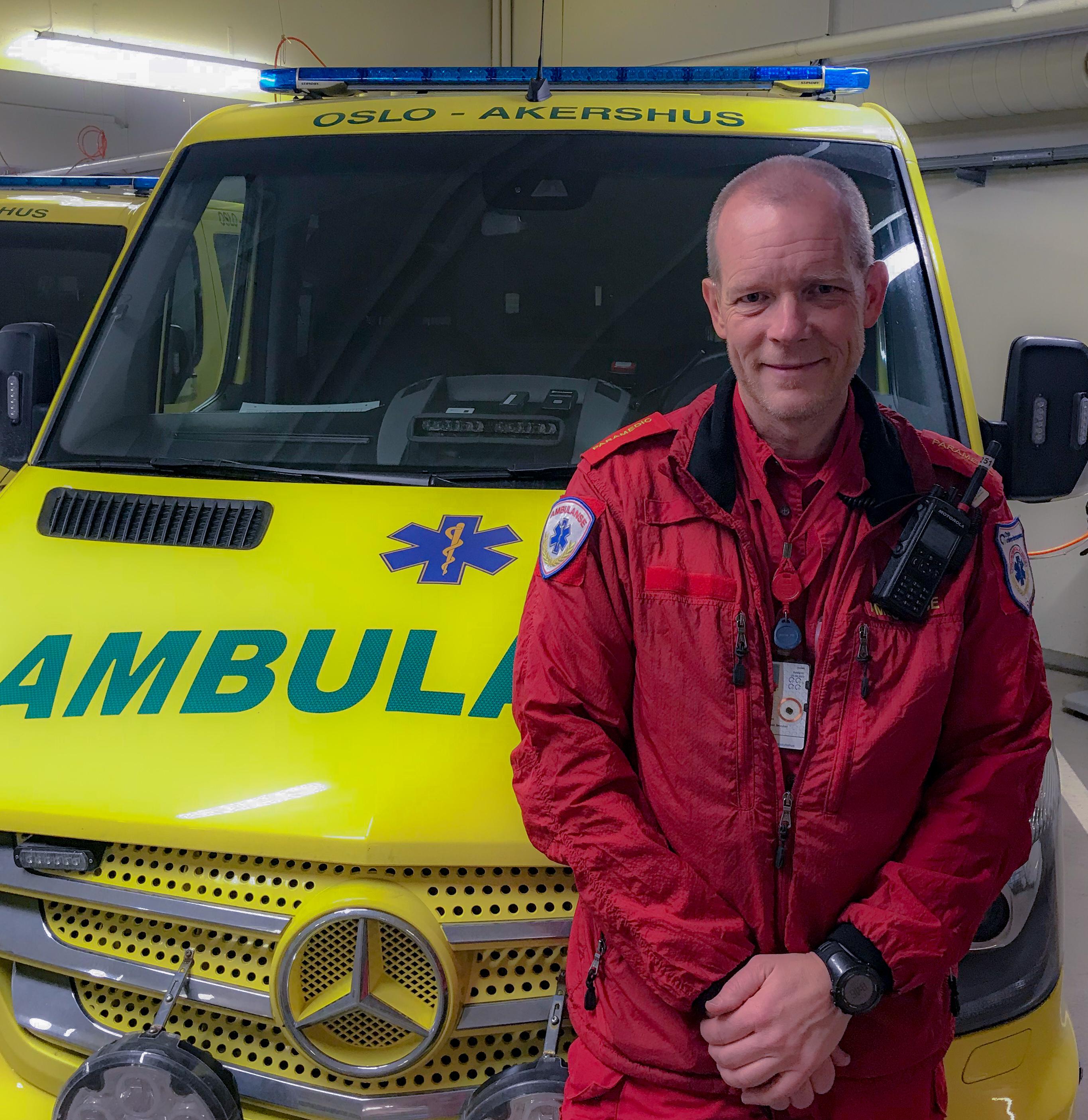 – Vi hater å ikke kunne tilby pasienten den beste behandlingen, sier Erik Westnes, paramedic ved Oslo universitetssykehus. Foto: Du puster for fort