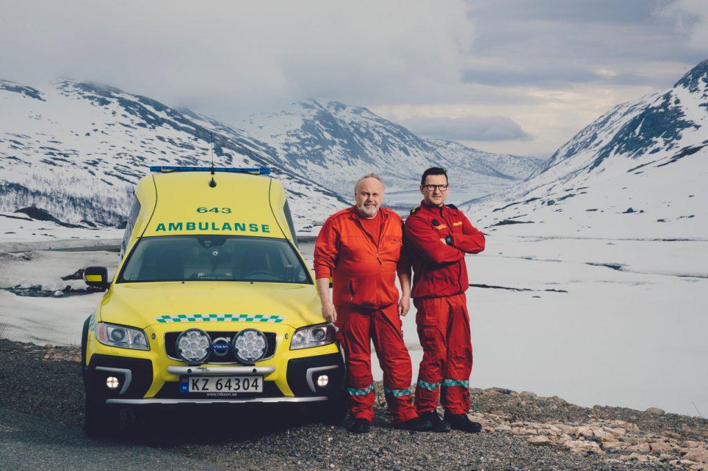 Hvem blir de nye hverdagsheltene nå? Fra NRKs dokumentarserie 113: Ambulansearbeiderne ved Finnsnes ambulansestasjon, Finn-Åge Nergård (til venstre) og Robert Olsen, dekker et område som er mer enn 3 timer i kjøreavstand fra sykehuset i Tromsø. Foto: Marius Fiskum