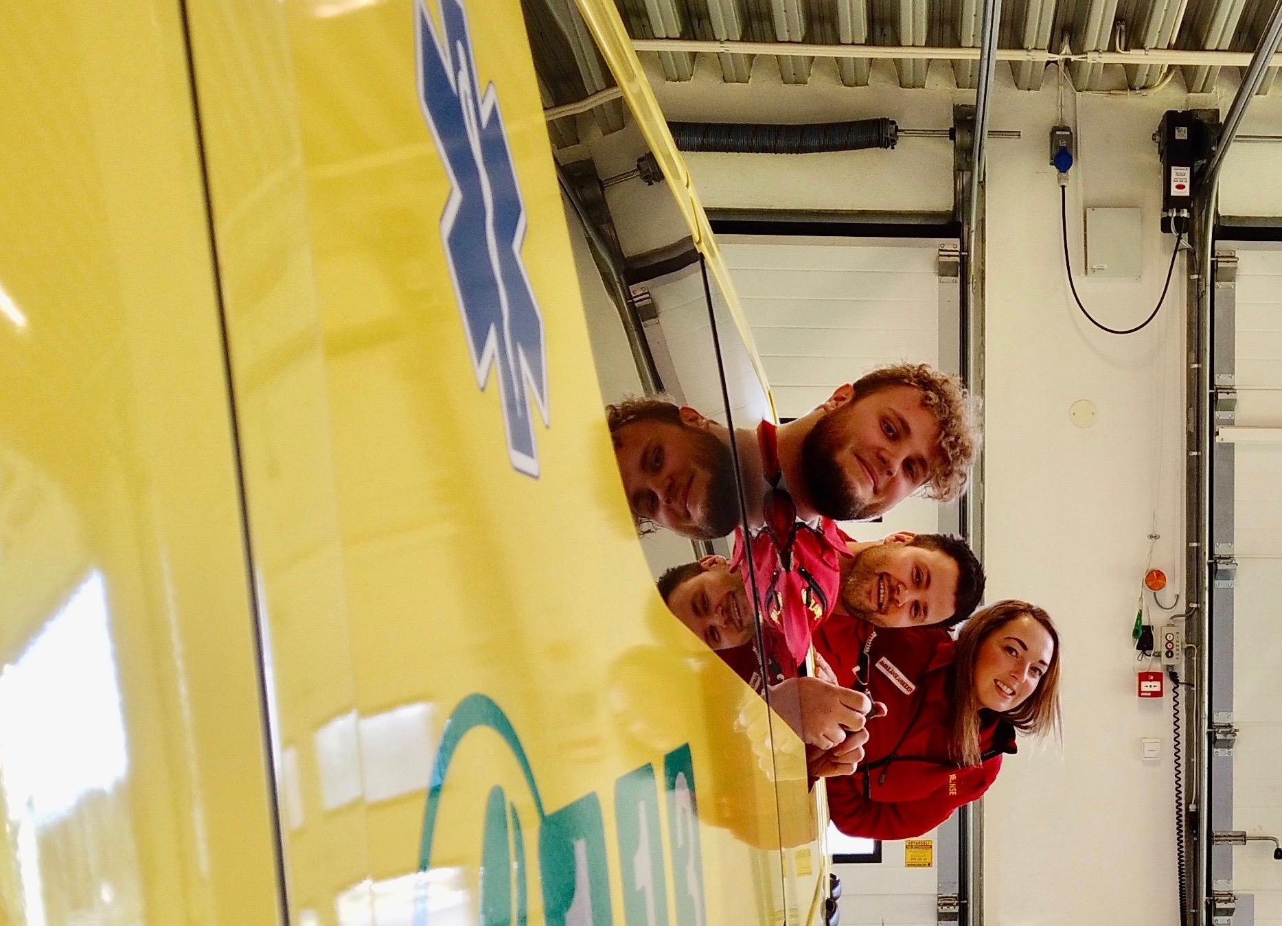 Tre representanter for tjenesten i Østfold: Lars, Tina og Petter. Foto: Indre Østfold ambulansestasjon.