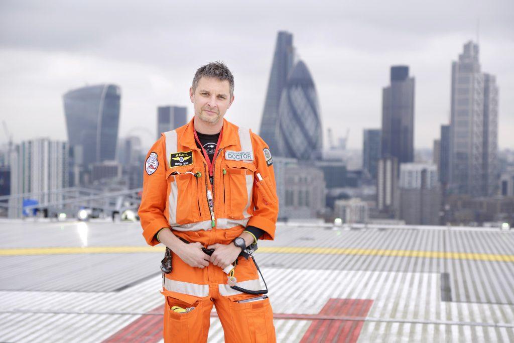 Marius Rehn som lege i London Air Ambulance. Foto: Fredrik Naumann/Felix Features