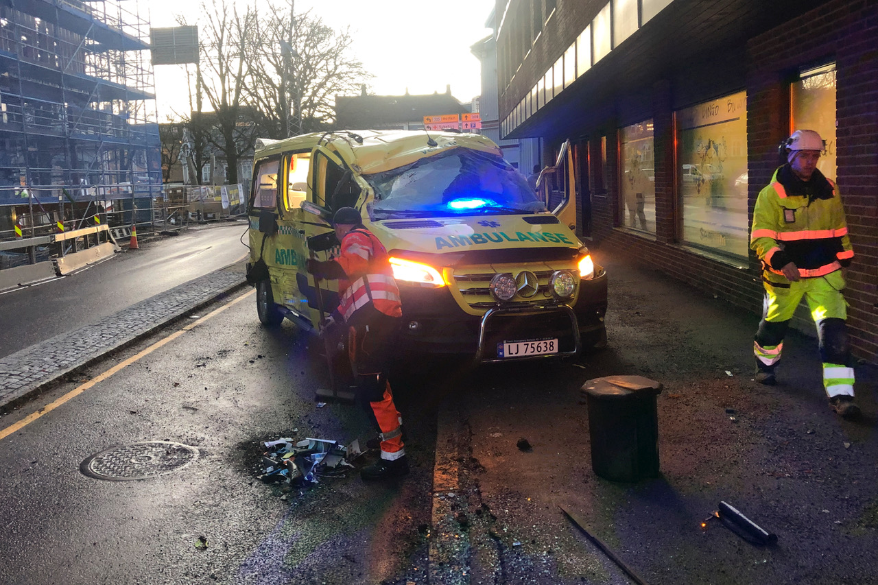 Tønsberg: To ambulanser under utrykning krasjet i Tønsberg sentrum onsdag formiddag. Ingen ble skadet i uhellet. Foto: Per Annar Holm / NTB Scanpix