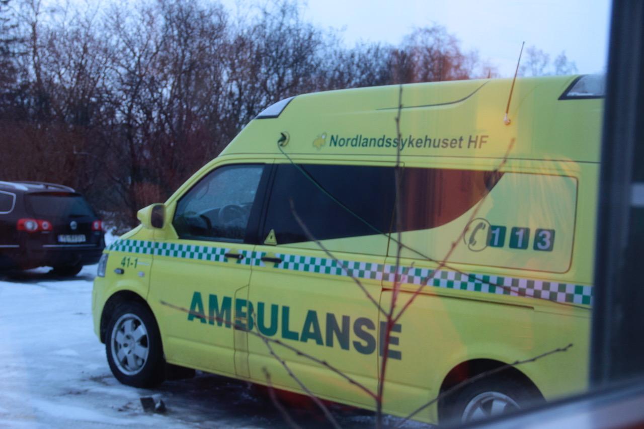 Ambulanse i Nordlandssykehuset, parkert utenfor stasjonen på Fauske. Foto: Live Oftedahl