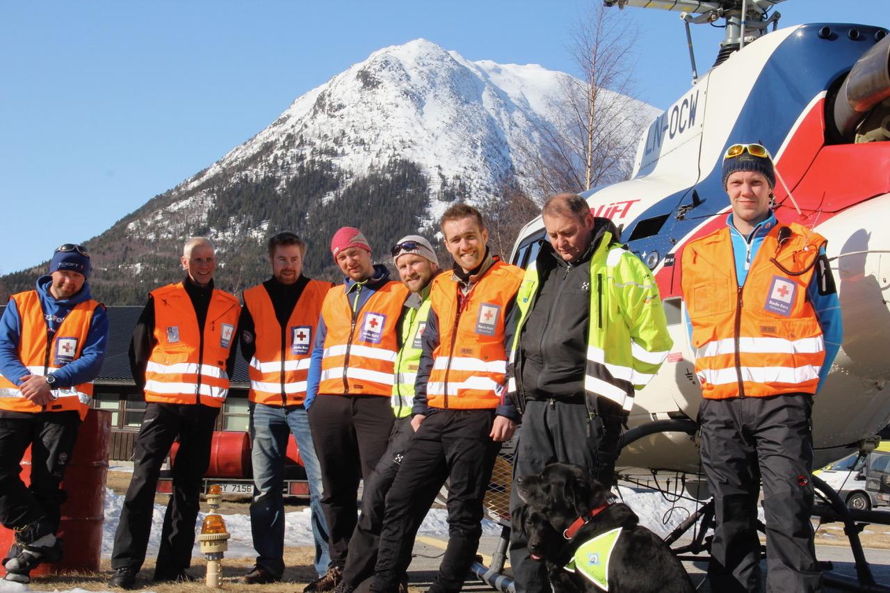 Dagens vaktmannskap fra Røde Kors og Norske Redningshunder Lomseggen i bakgrunnen.