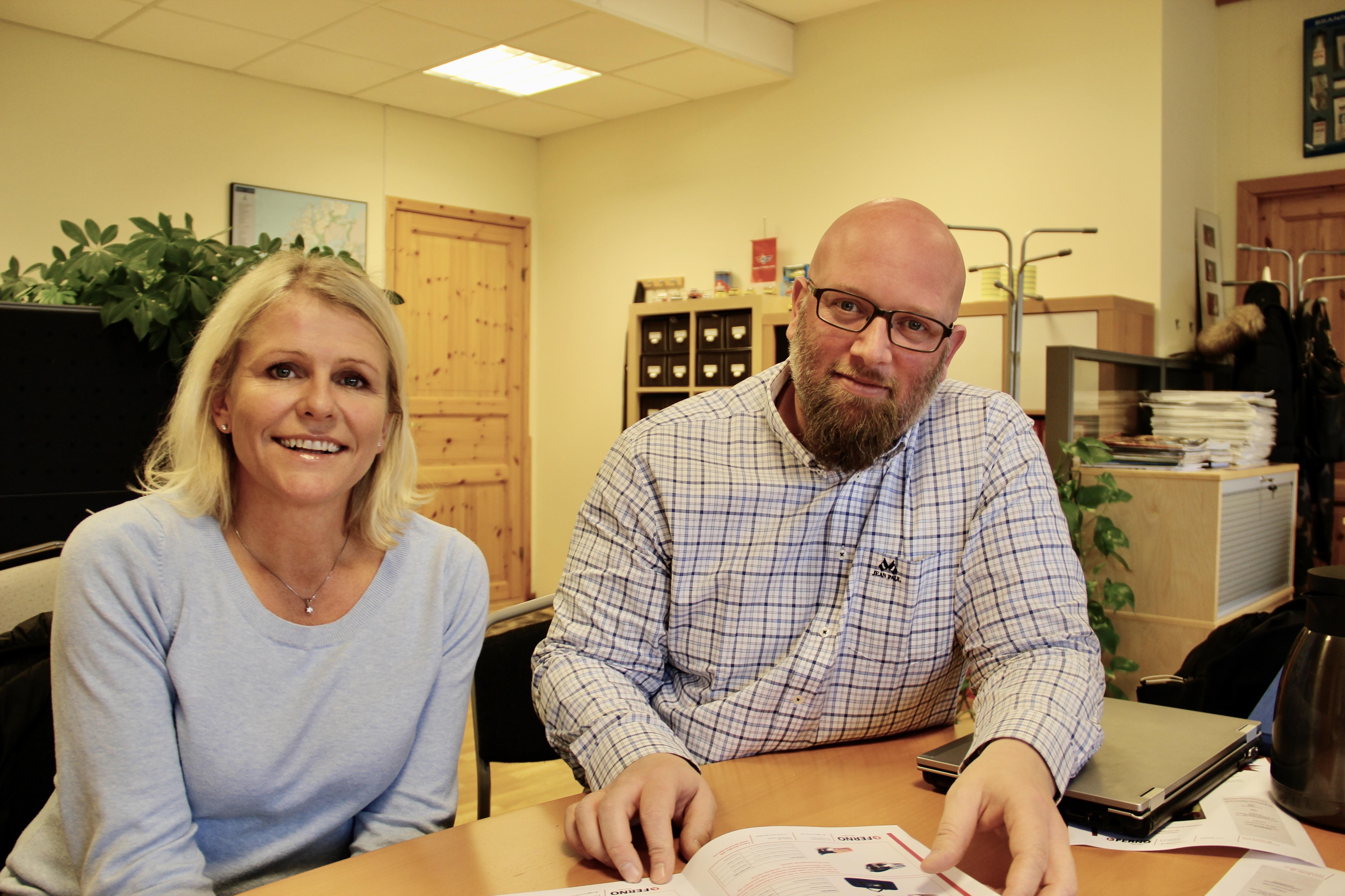 Aina Haug fra Laerdal Medical og Trond Stensholt fra Ferno Norgen er innom Ambulanse- forums kontor for å fortelle om samarbeidet. Foto: Live Oftedahl