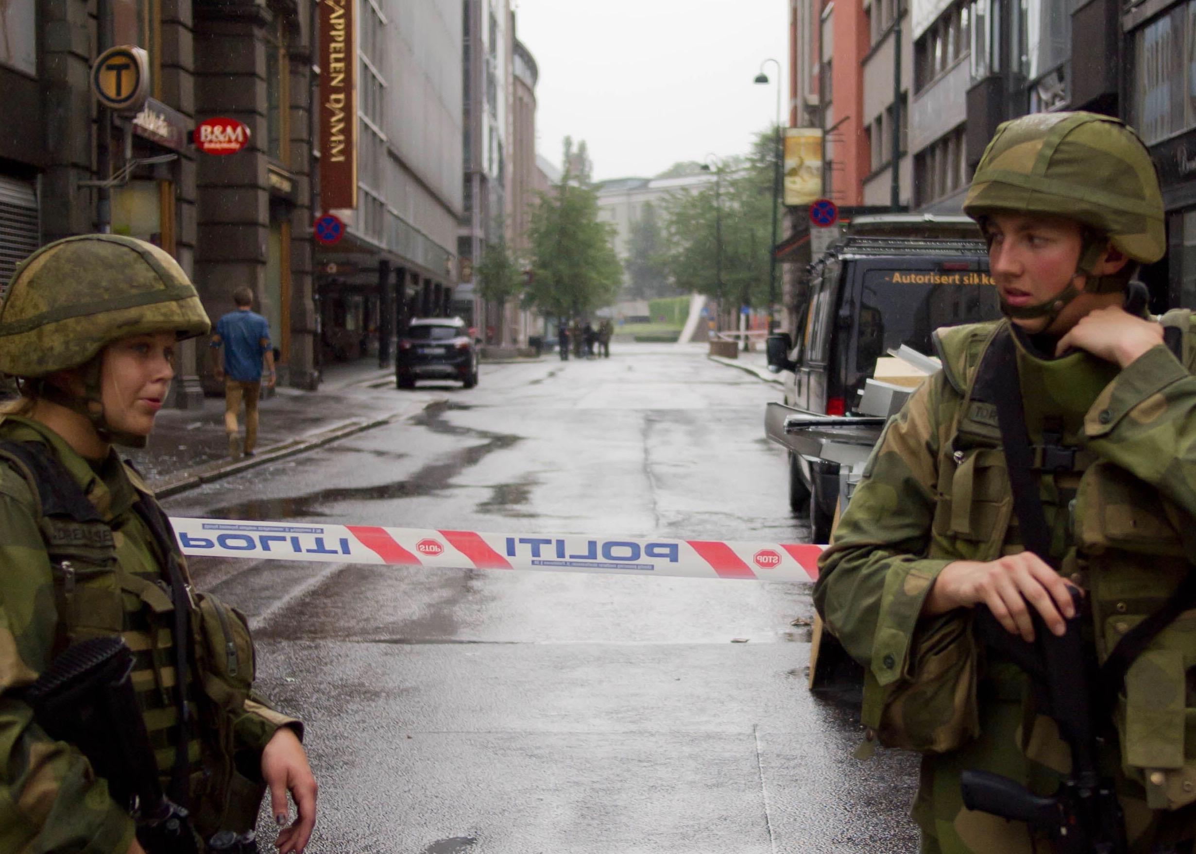 Dagen etter den 22. juli. Militærpersonell sikrer Oslo. Foto: Johannes Grødem