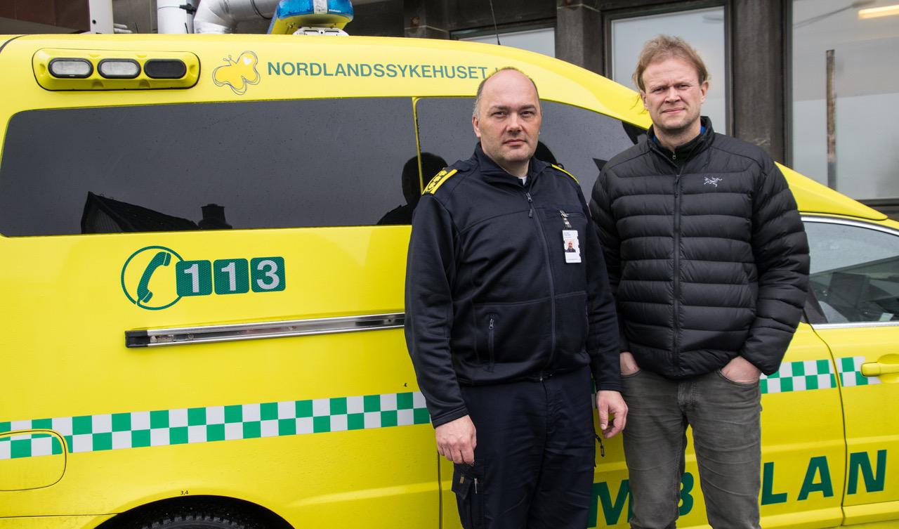 Jan Ove Edvardsen (t.v.), avdelingsleder for ambulansetjenesten i Nordlandssykehuset, sammen med klinikksjef Harald Stordahl. Foto: Nordlandssykehuset