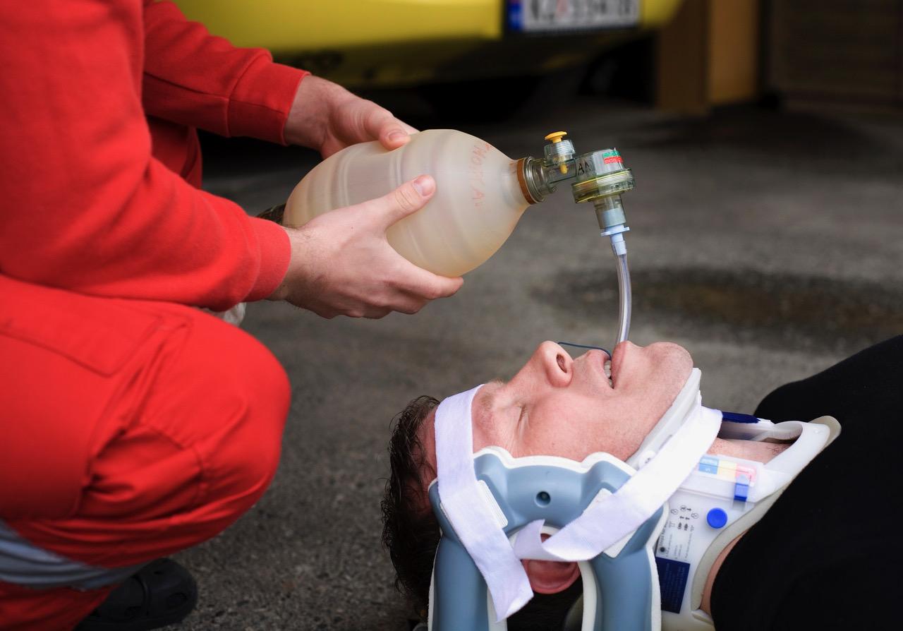 Nakkekragen kan gjøre det vanskeligere å håndtere luftveier. Illustrasjonsfoto: Therese B. Kirkesæther