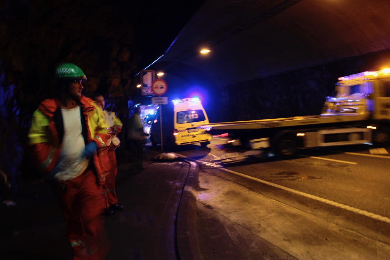 Trafikkulykke i en tunnel i Stavanger. Tunnelen blir stengt i forbindelse med skadestedsarbeidet. Foto: Live Oftedahl