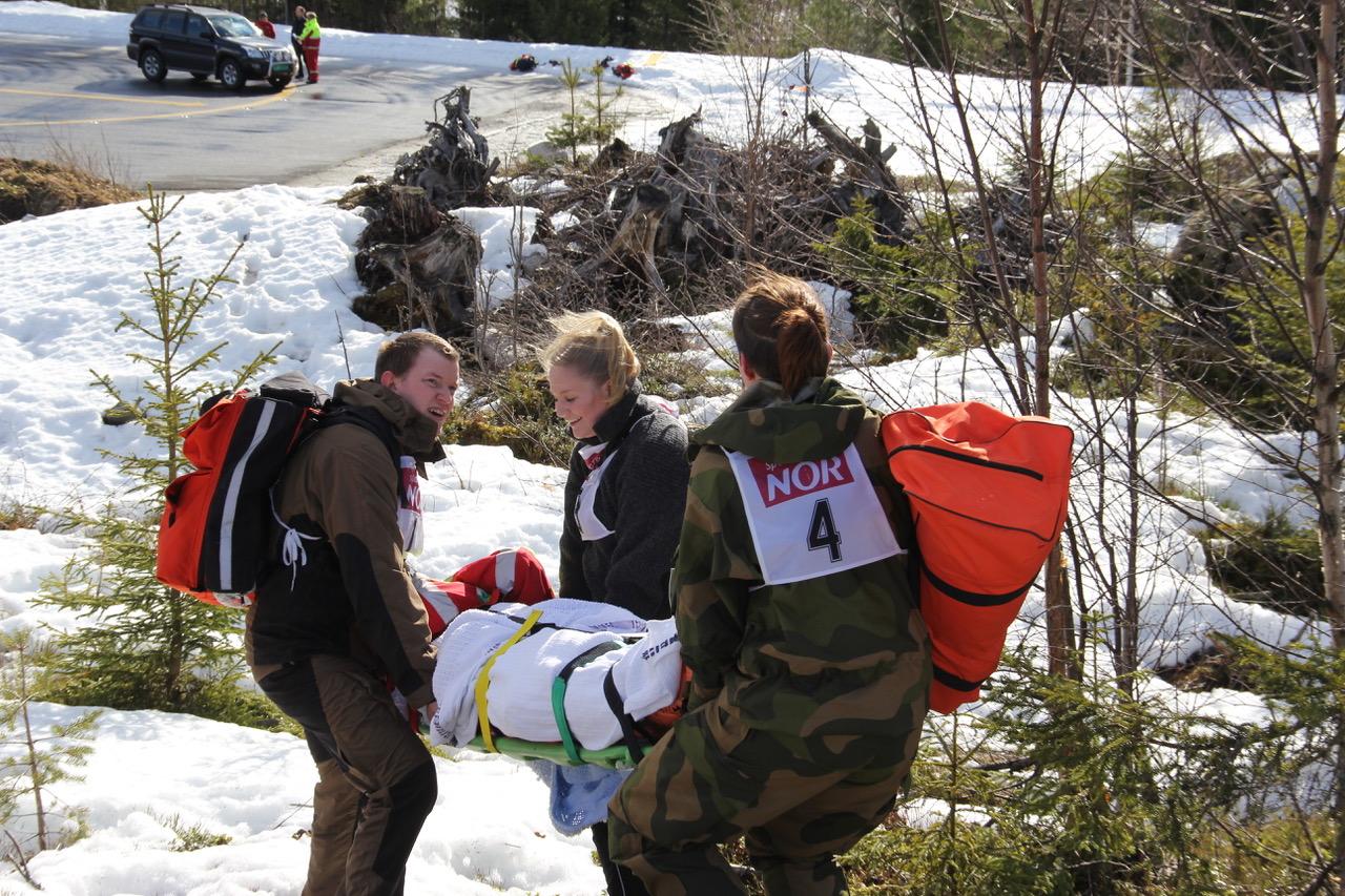 En av tolv poster: Bæring i ulendt terreng er krevende. Teknikk og teamarbeid er viktig.