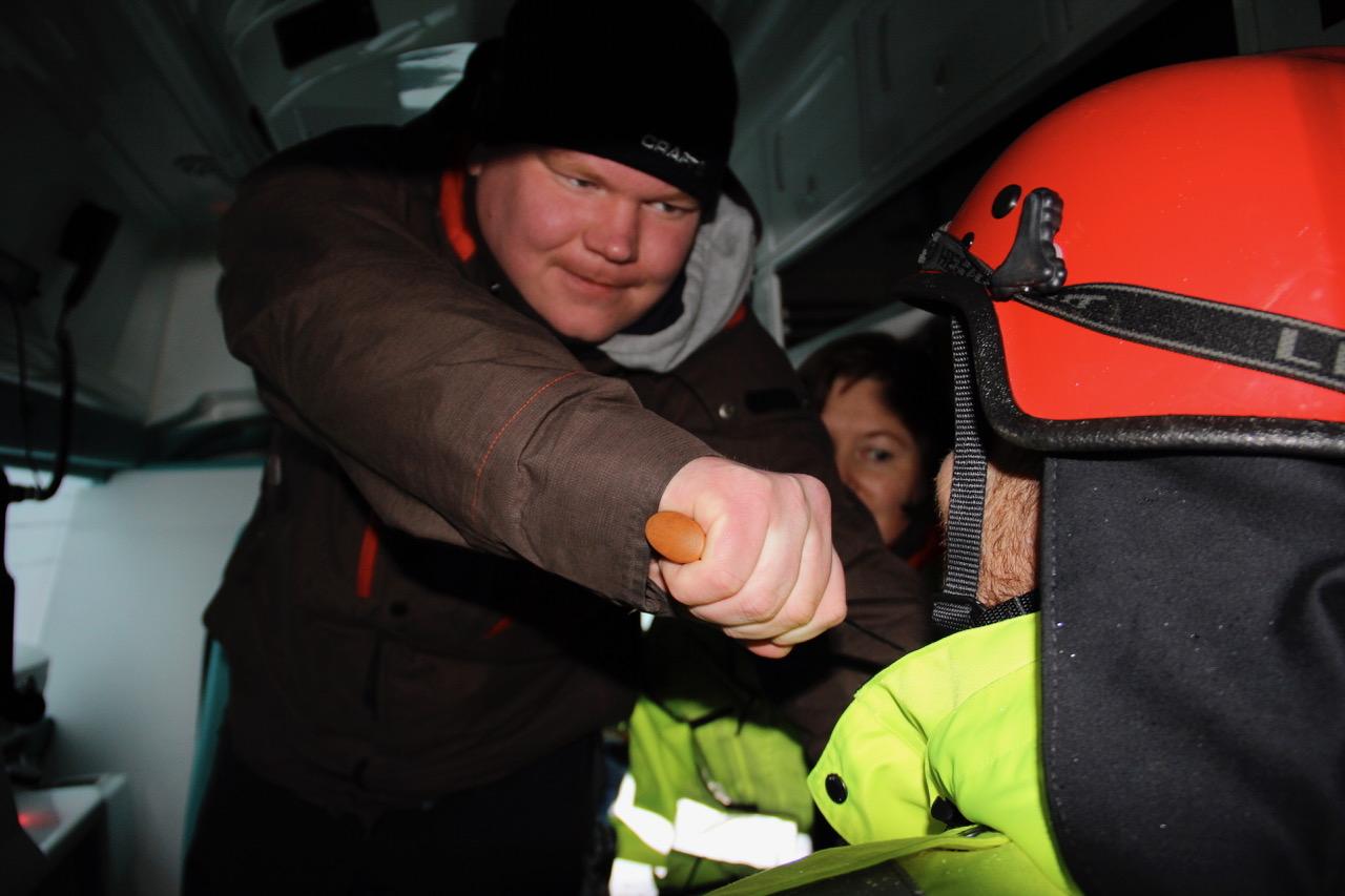 Hva gjør du om du får kniven på strupen? Fra vikaropplæring i Helse Midt-Norge. Illustrasjonsfoto: Live Oftedahl