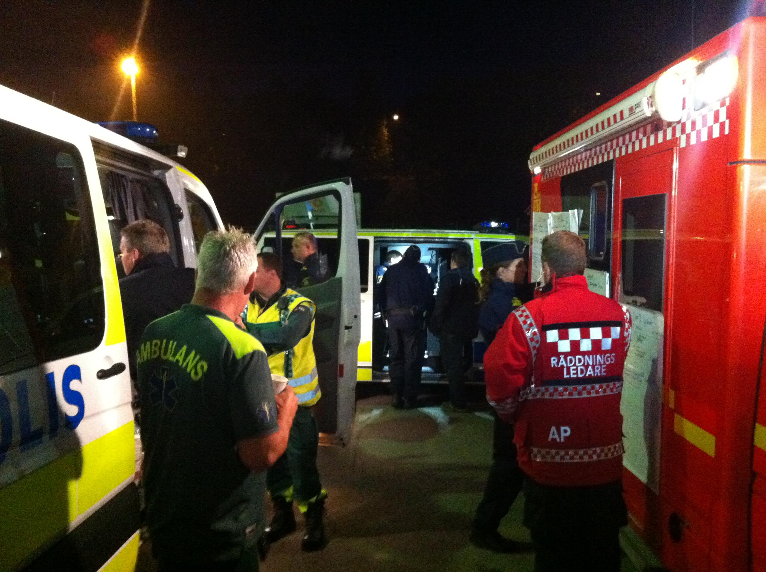 ESKORTE PÅ JOBB: Janne Kautto, lederen for svenske ambulansesykepleiere, tok dette bildet på en av sine nattevakter i en forstad til Stockholm det siste året. Ofte trenger ambulansene politibeskyttelse på utrykning.
