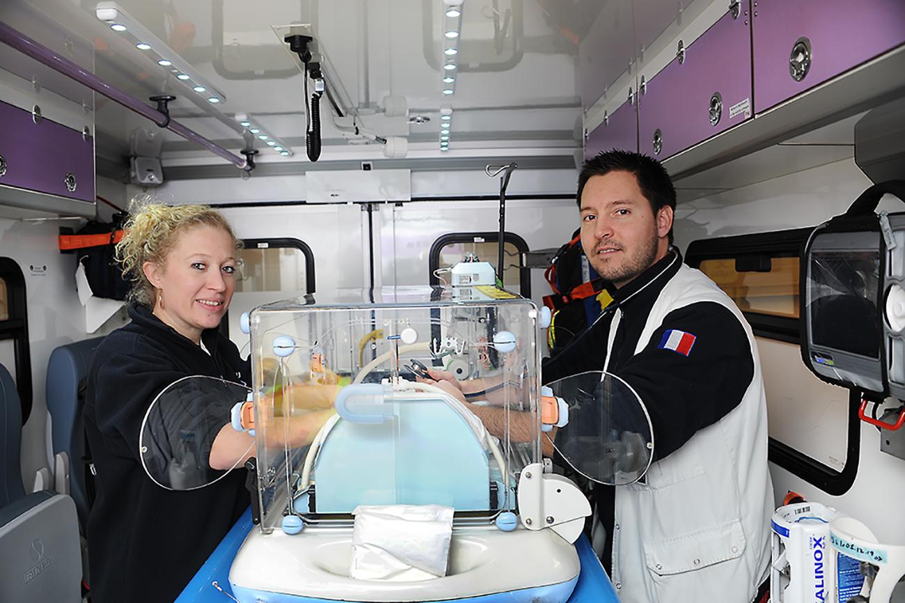 Sykepleier Perrine Vincent og barnelege Ollier Vincent sikrer kuvøsen før de reiser av sted på dagens første oppdrag.