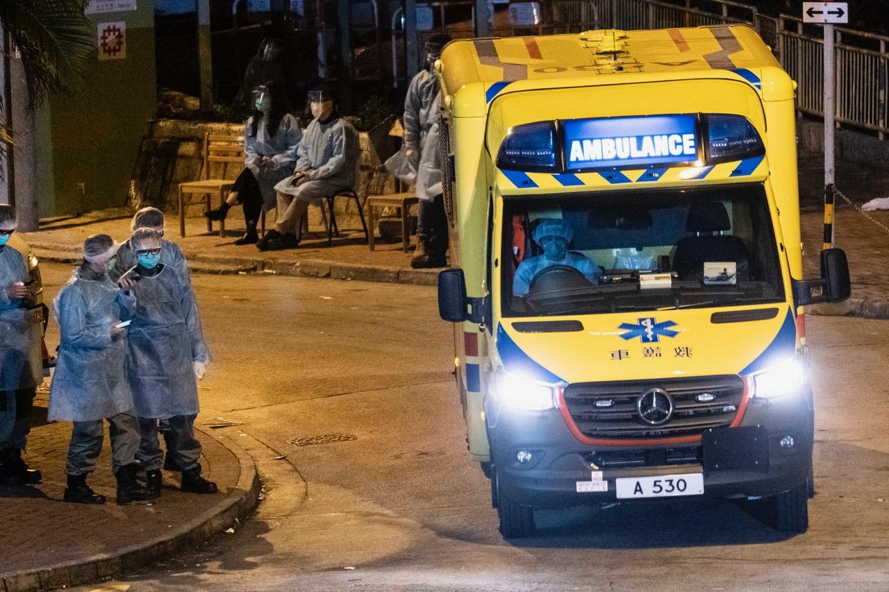 Smitten har for lengst kommet til Norge: Politi og ambulansepersonell utenfor en boligblokk i Hong Kong, hvor to som er bekreftet smittet befinner seg. Foto: Lam Yik Fei/The New York Times)