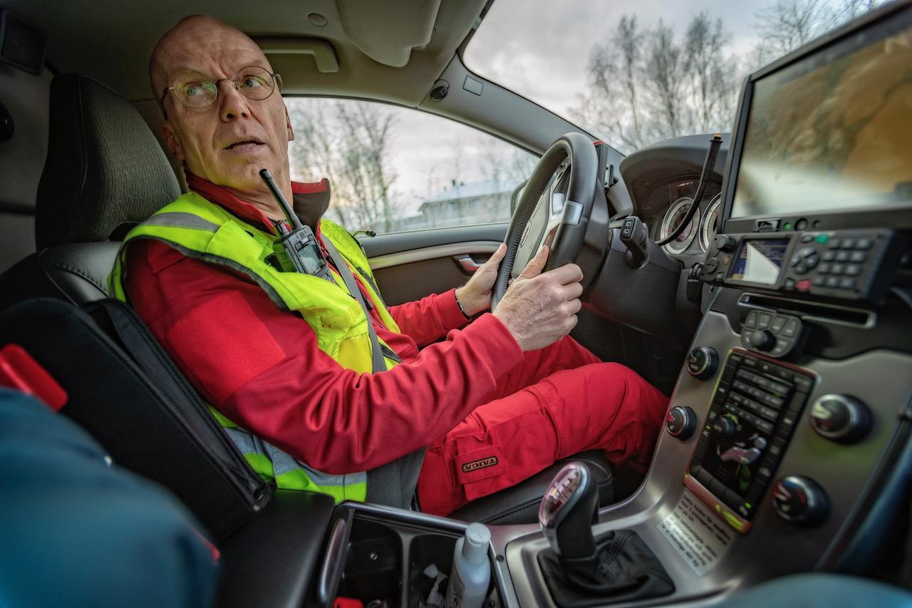 Dag Nedrejord bak rattet. Ambulansejobben ligger til familien. Foto: Alf Ove Hansen
