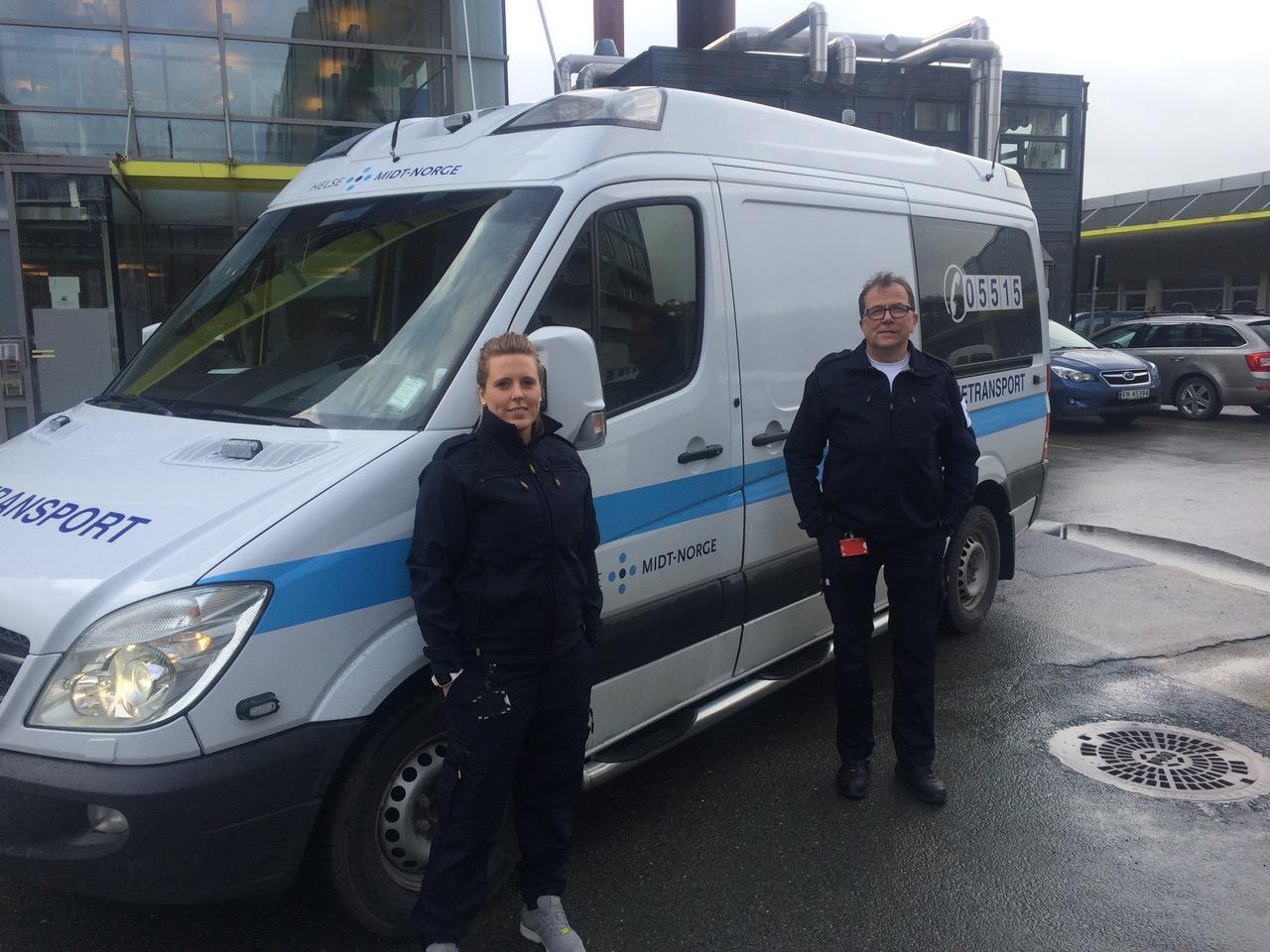 Syketransport eller såkalt hvit ambulanse i Helse Midt-Norge. Foto: Ronald Fillan