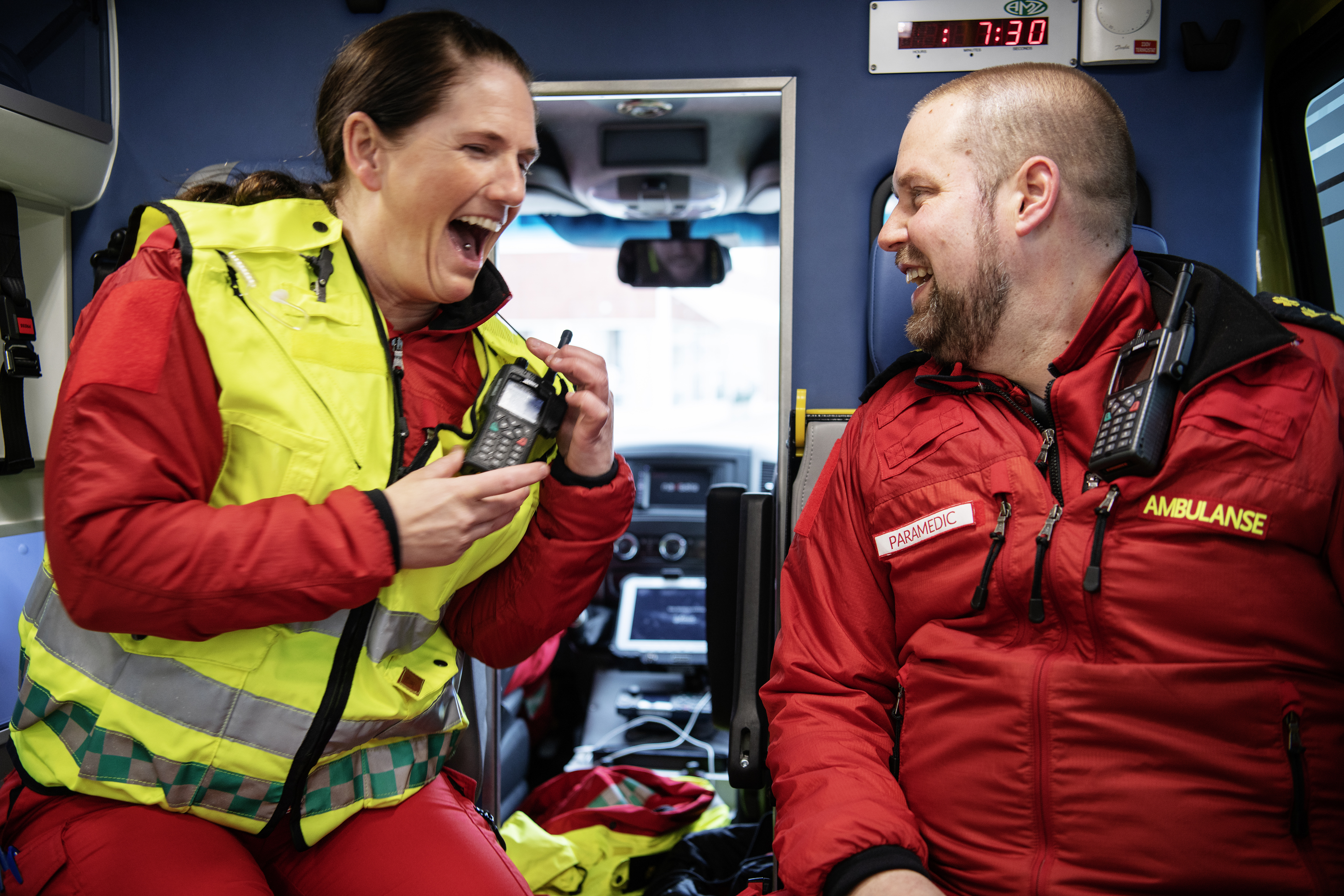 Regionalt ambulansemesterskap ble arrangert i Stjørdal onsdag 25. April 2018. Konkurransenerver? Tilsynelatende ikke for Team Levanger med May Hilde Settenø og Ståle Tronhus bak i bilen her. Foto: Ole Martin Wold