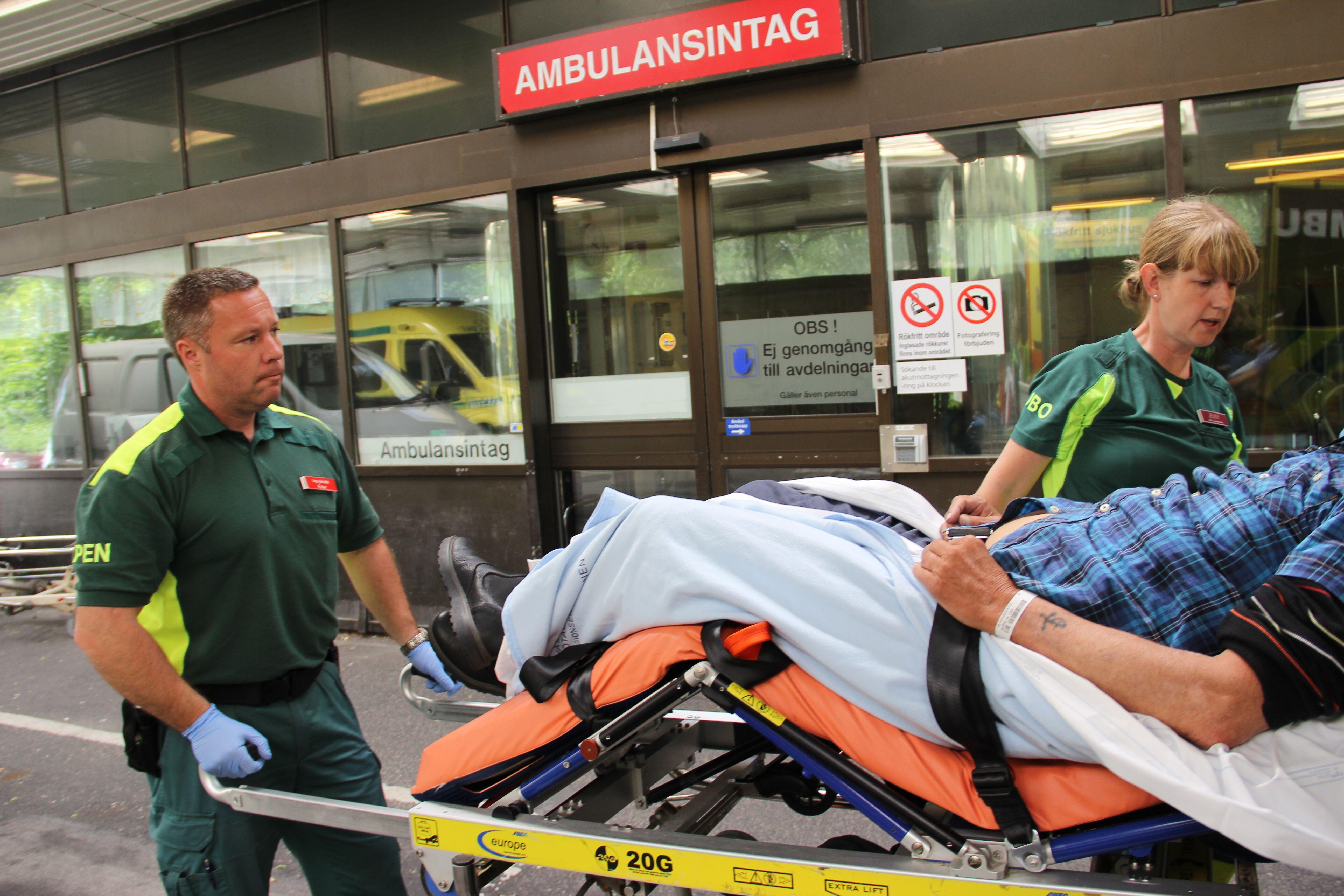 Jenny og Peter, ambulansesykepleiere på jobb.