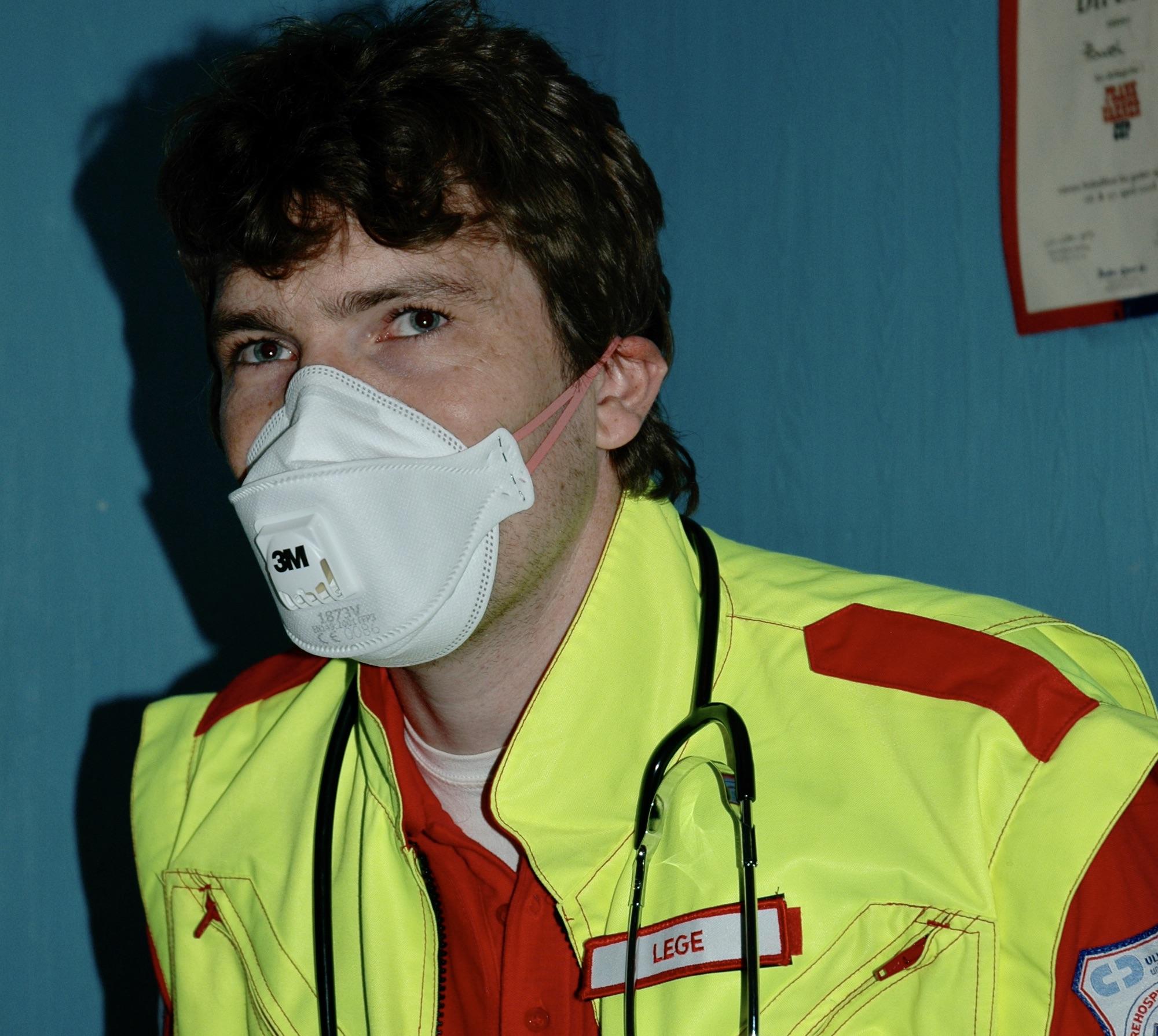 I 2009 hospiterte Ambulanseforum på 9-bilen i Oslo under svineinfluensa-epidemien. Vi fikk et oppdrag med en potensiell smittet, og legen var litt usikker på hva som var påkrevd utstyr. Dette ble løsningen, samt hansker. Foto: Live Oftedahl