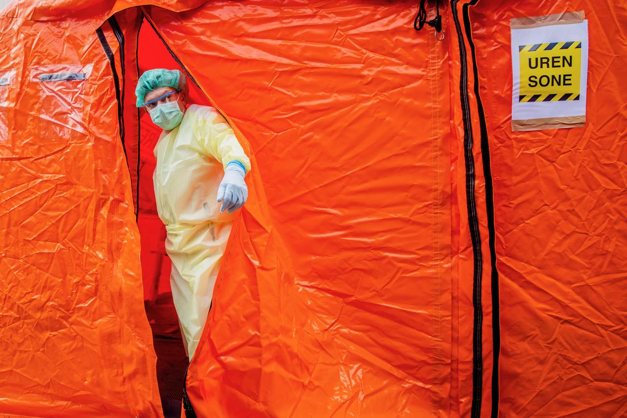 Aker legevakt har satt opp en prøvetakingsstasjon der personer som mistenker at de er smittet av koronaviruset, kan komme med bil. Foto: Stian Lysberg Solum / NTB scanpix