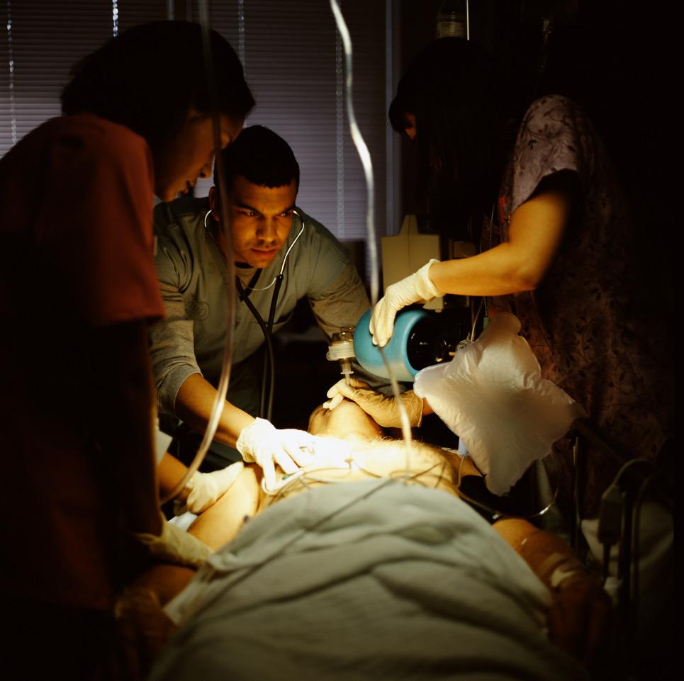 Leger og sykepleiere som assisterer pasient. Illustrasjonsfoto: Thinkstock