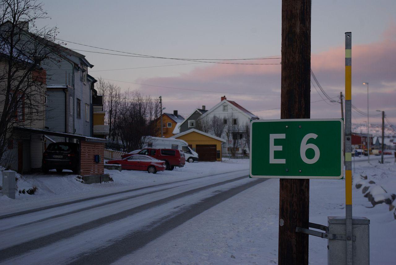 Begynnelsen – eller slutten – av E6 i Kirkenes. Foto: Wikimedia Commons