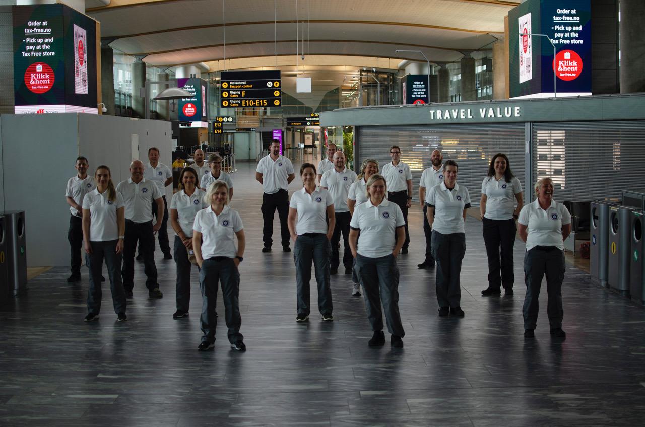 19 frivillige 8. april 2020 På vei til episenteret for Europas covid-epidemi. Det meste er stengt og stille på Gardermoen, etter at flytrafikken i verden for det meste er stengt ned. Foto: DSB