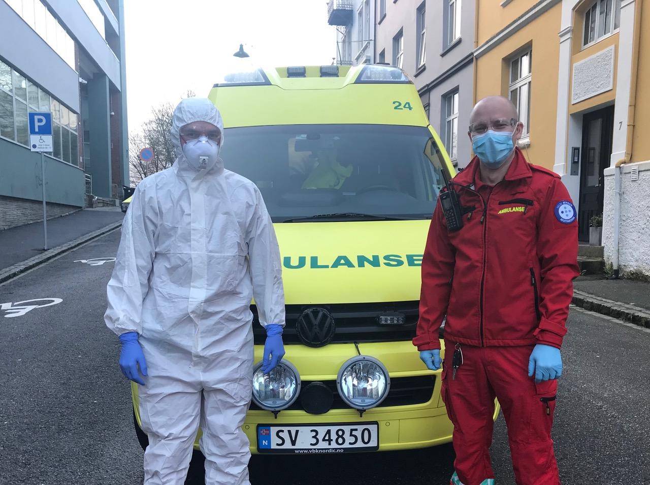Kristoffer Rørvik (t.h.) er kledd for en aerosoldannende prosedyre (med åndedrettsvern) og Thomas Østvik er kledd som sjåfør som kan unngå kontakt med pasienten. Foto: Helse Bergen