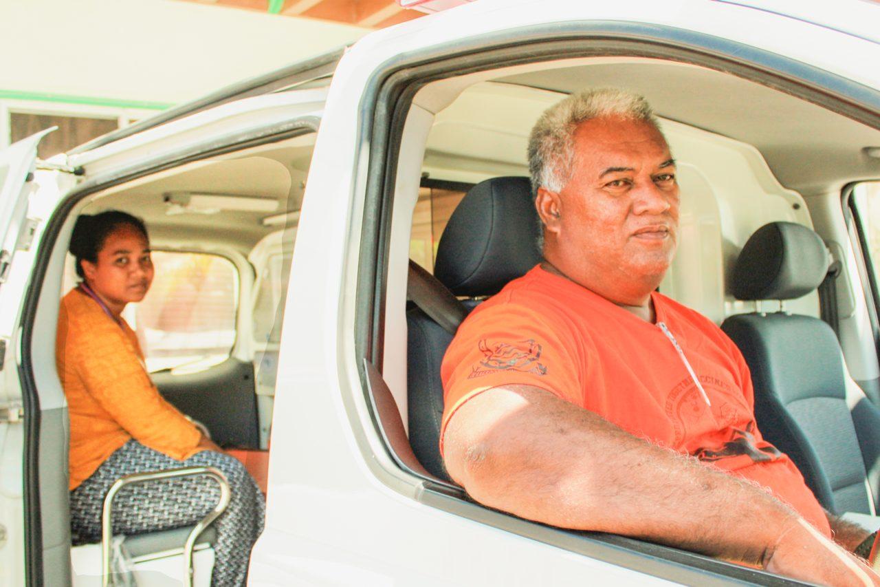 Ambulansesjåfør Natano Tausi er en av fire ambulansesjåfører på Funafuti. Hans eneste kvalifikasjon er et førstehjelpskurs i ny og ne. Men han har som oftest med seg lege på utrykninger.