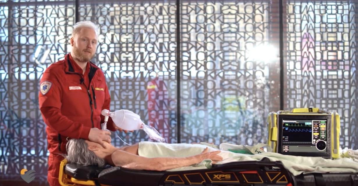 Ole Kristian Andreasssen, paramedic og podkaster demonstrerer luftveishåndtering med Igel. Foto: Du puster for fort