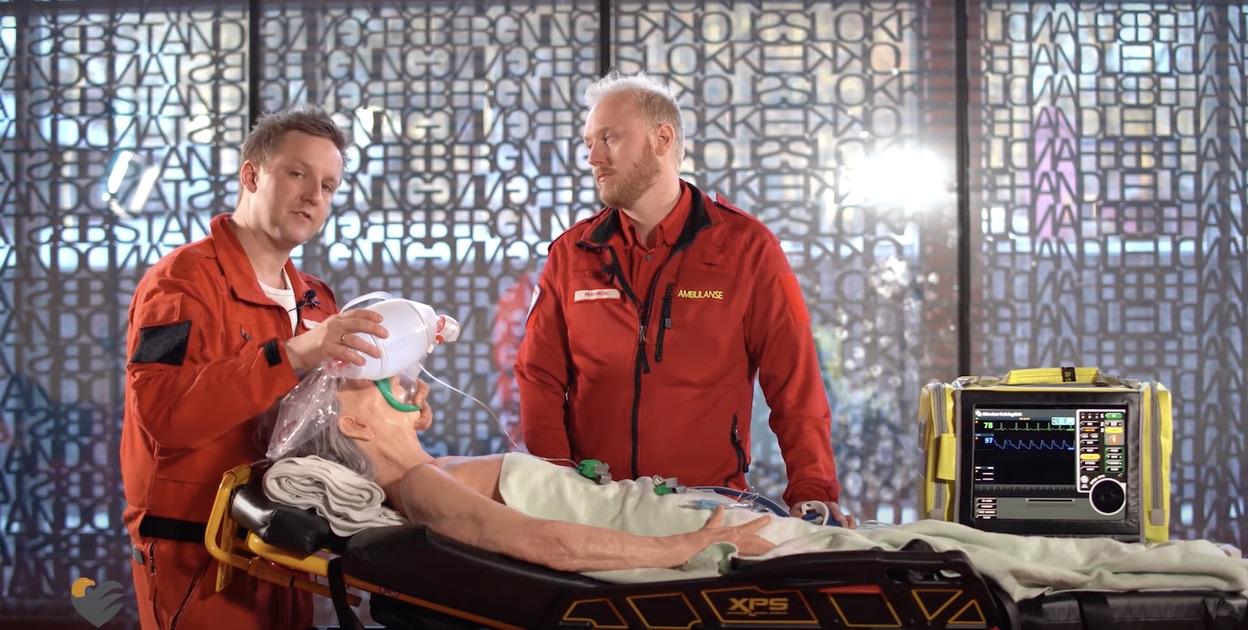 Fredrik Ottesen, overlege i anestesi og luftambulanselege demonstrerer endotrakeal intubasjon sammen med Ole Kristian Andreassen. Her preoksygenering. Foto: Du puster for fort