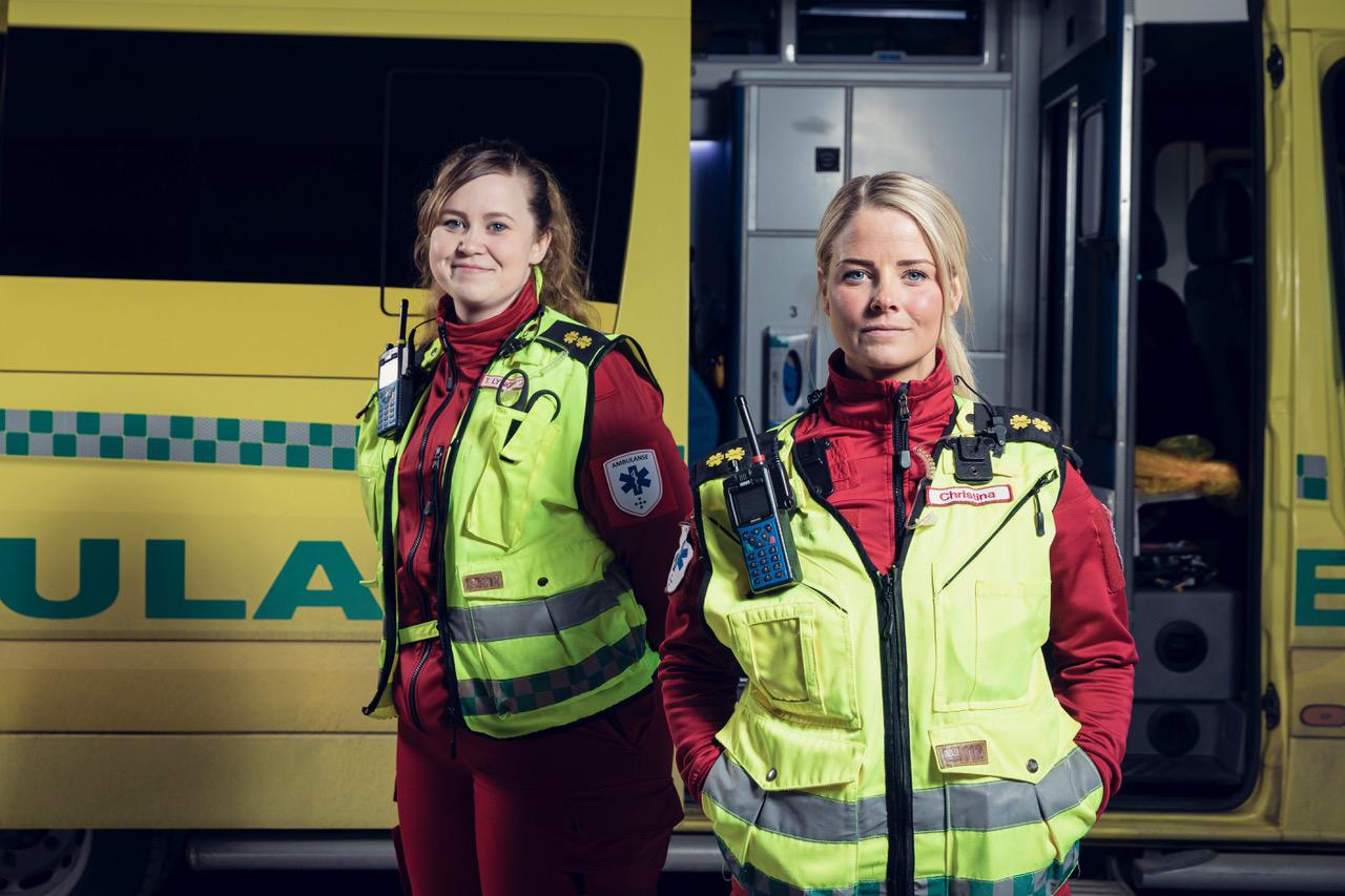 Christina Rebekka Eriksen (t.v) ogTrine Lynghaug(t.h.)jobber på ambulansen i Tromsø.For dem er ingen dager like og utfordringene mange. Foto: Marius Fiskum/NRK.