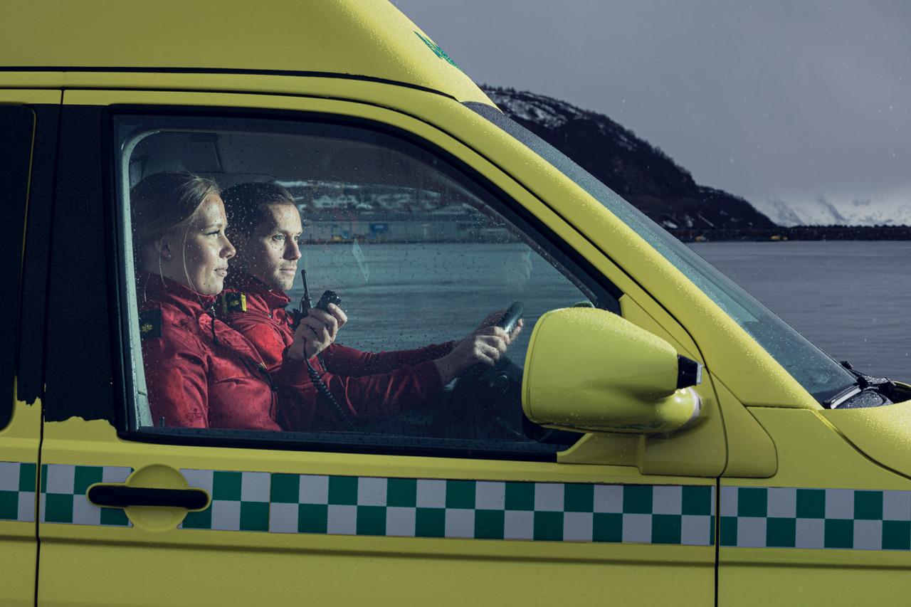 Bjørn Willumsen og Mari Jørstad jobber på ambulansen i Nordkjosbotn. Foto: Marius Fiskum/NRK