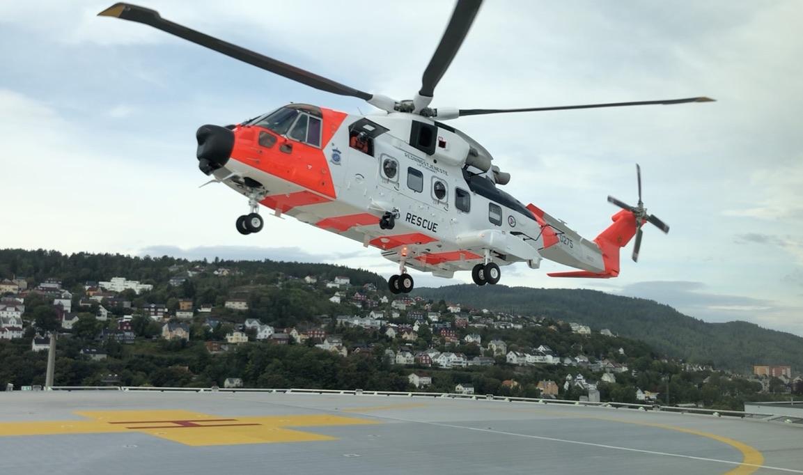 30 skvadronens AW101 lander for første gang på St. Olavs hospital sin landingsplass på taket av akuttbygget. Foto: Live Oftedahl