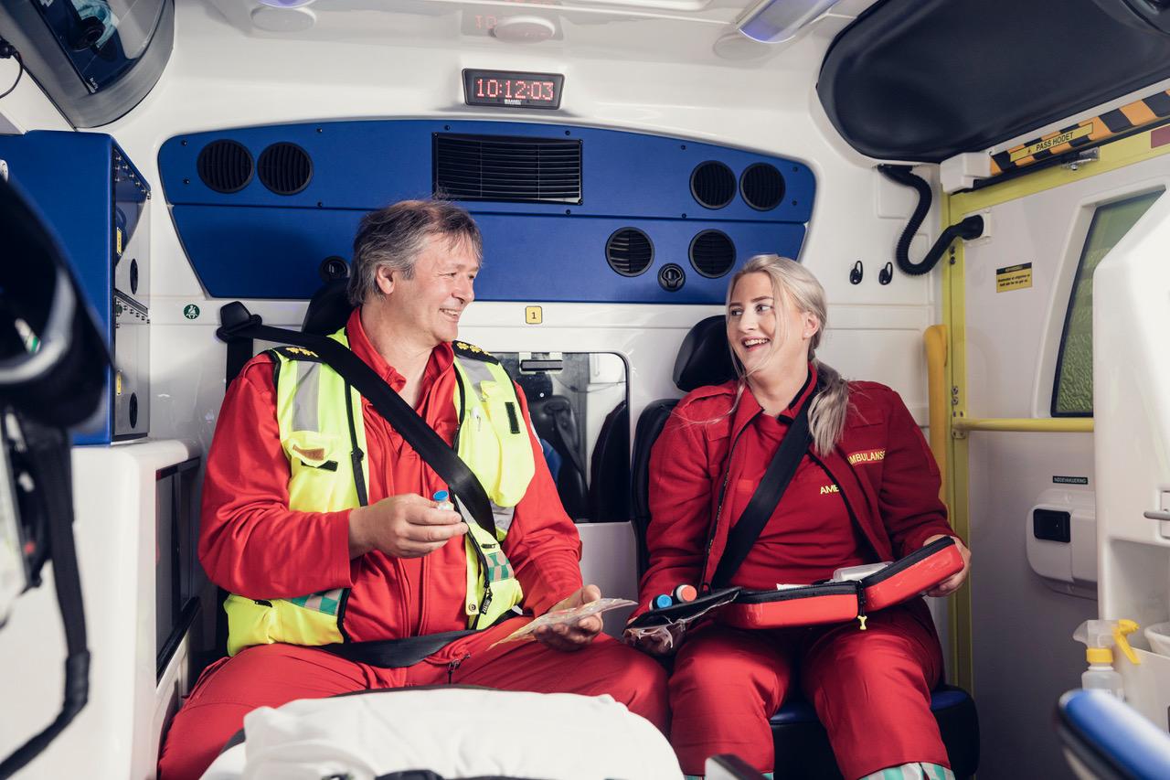 Malin Steinsvik og Morten Sandbergjobber som ambulansearbeidere på Skjervøy og ernoen av de vi møter iandre sesong av«113». Foto: Marius Fiskum/NRK
