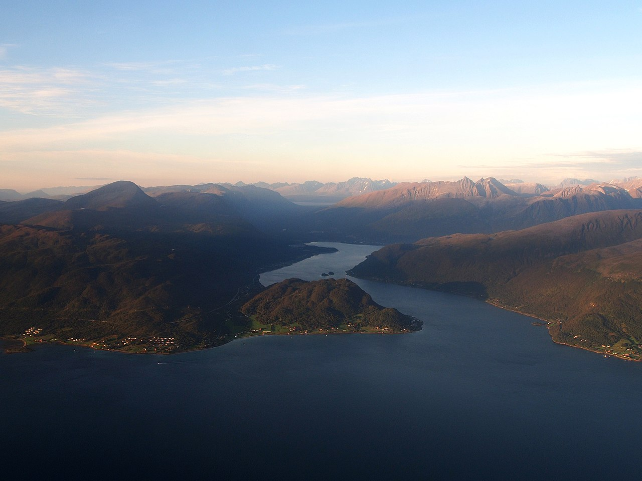 Ramfjord fra luften i finvær. Illustrasjonsfoto: Wikimedia Commons