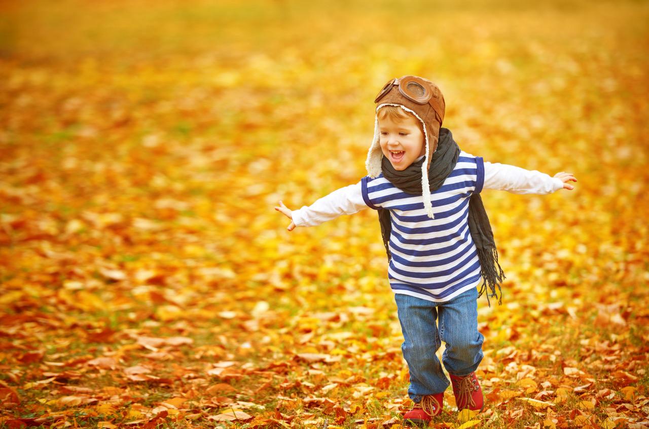Et lykkelig barn om høsten. Foto: Thinkstock