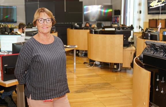 Kirsten Mo Haga inne i dagens AMK-sentral. Foto: Geir Otto Johansen/St. Olavs hospital