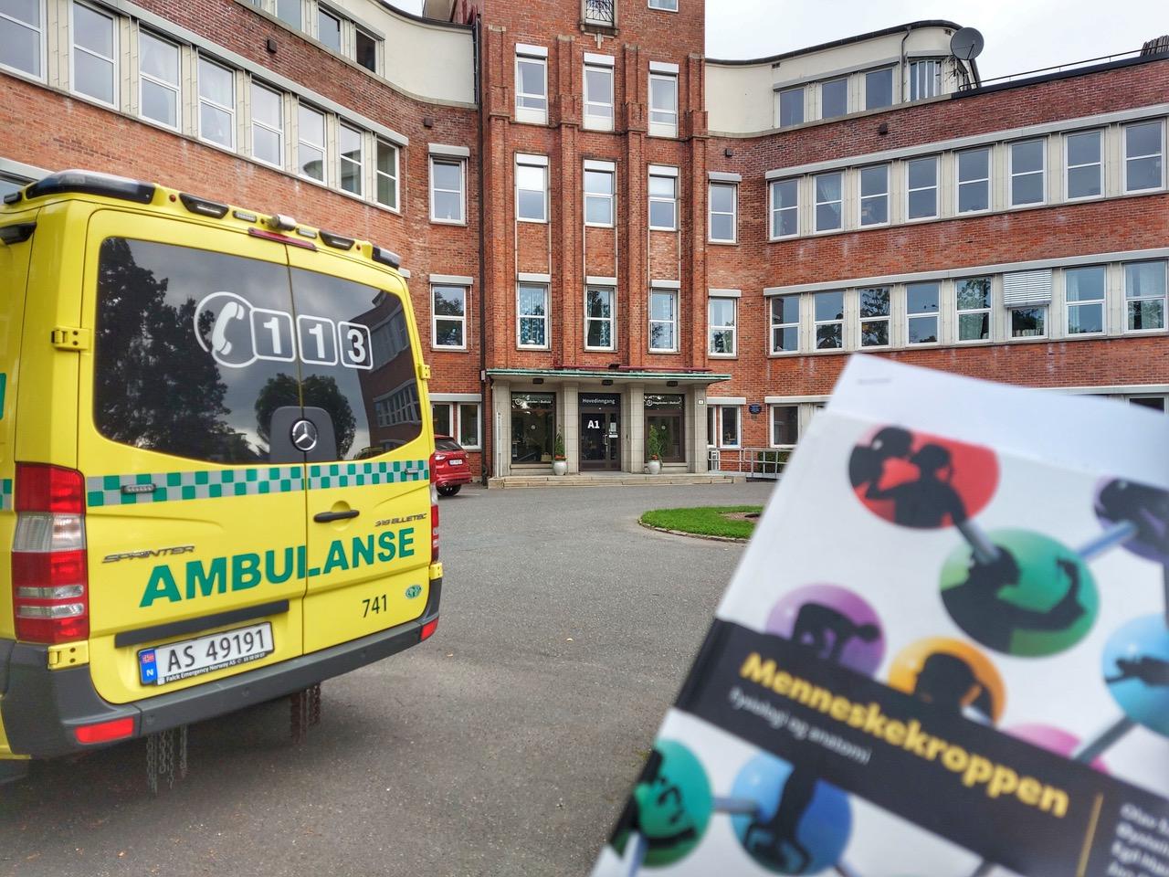 Høgskolen i Østfold har hatt 60 studiepoengs paramedic-utdanning i 15 år. Nå er den på is. I år har de startet bachelor i paramedisin. Foto: Therese Fostervold Mathisen