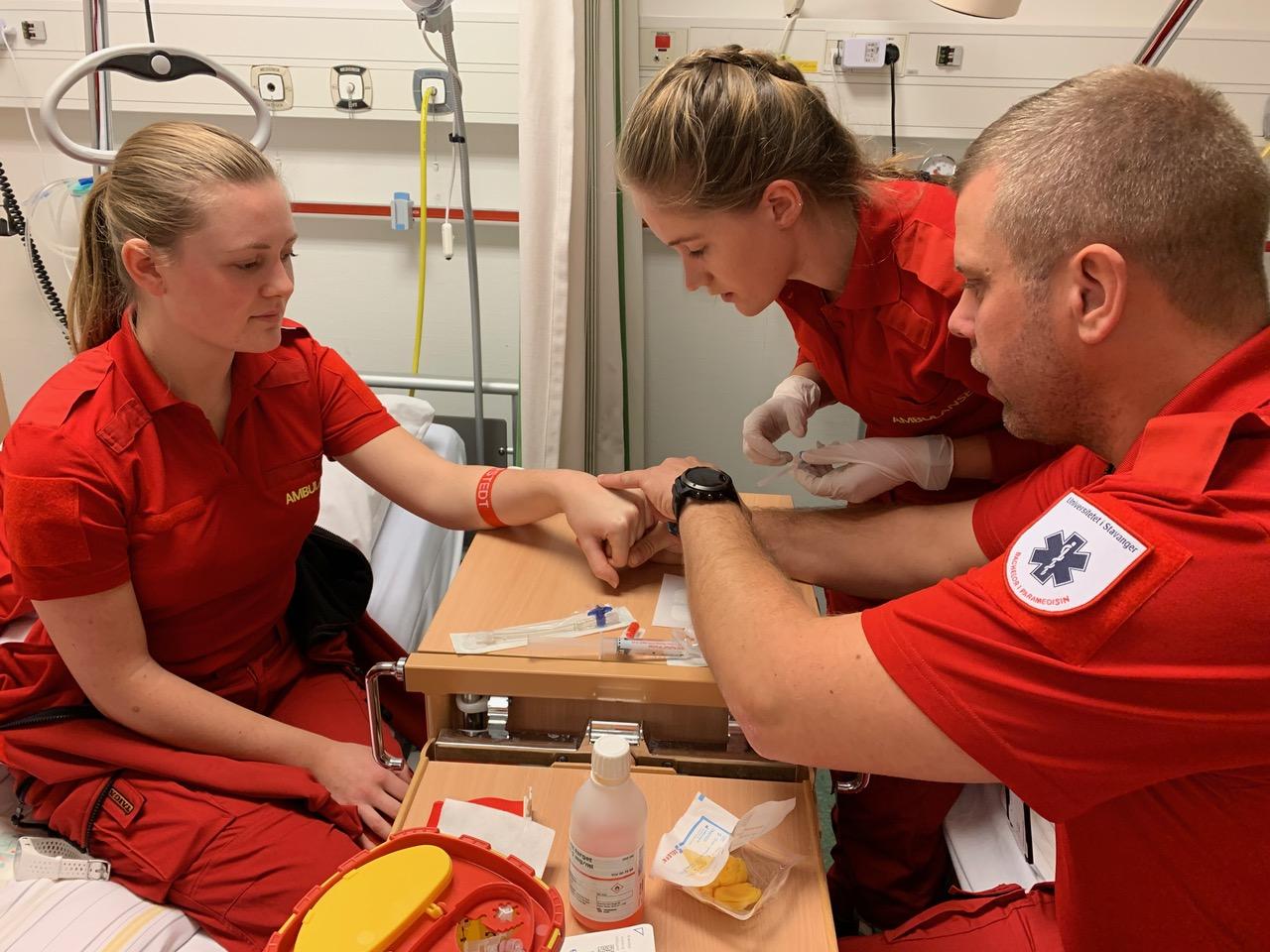 Paramedisin-studenter ved Universitetet i Stavanger øver på å sette perifere venekatetre. Foto: UiS